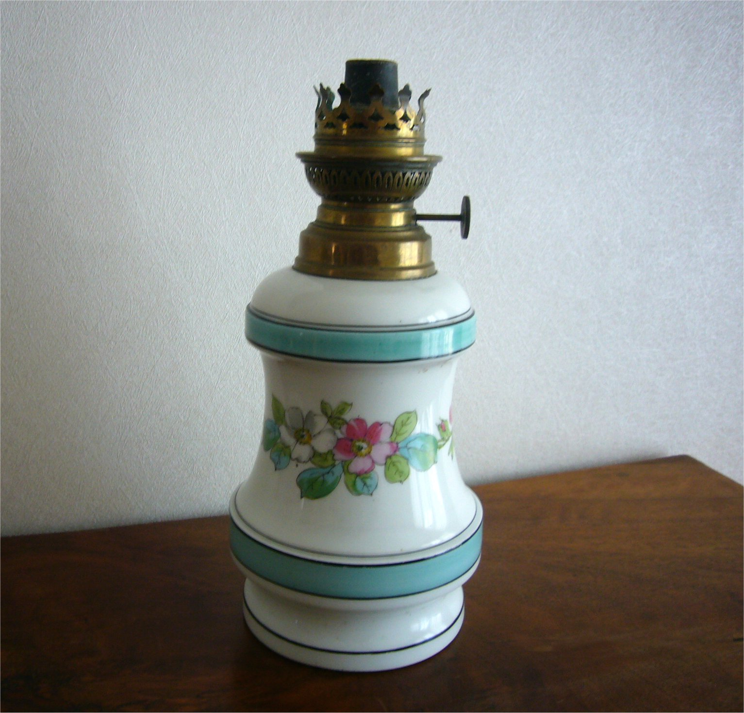 ancienne lampe a petrole en porcelaine avec sa meche ebay. Black Bedroom Furniture Sets. Home Design Ideas